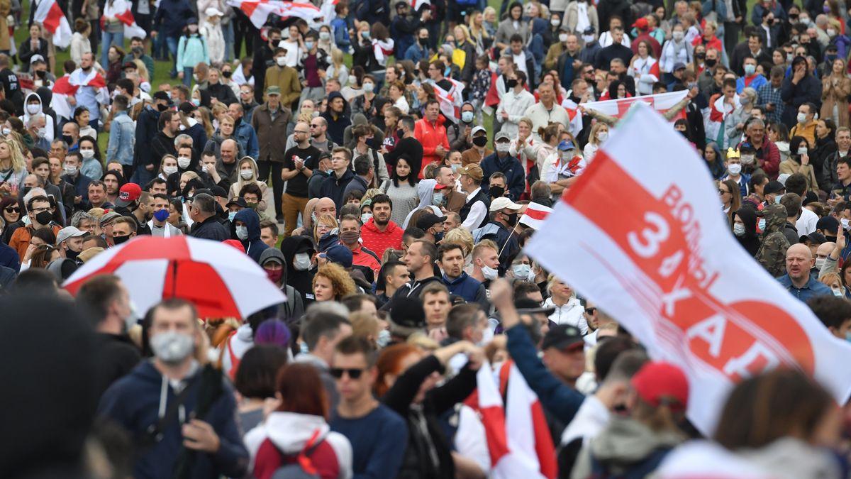 Trotz eines Großaufgebots an Militär und Miliz haben in Weißrussland neue Proteste gegen den Machthaber Alexander Lukschenko begonnen.