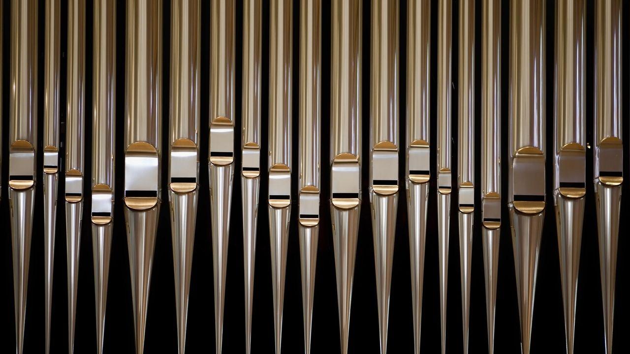 Glänzende Orgelpfeifen.