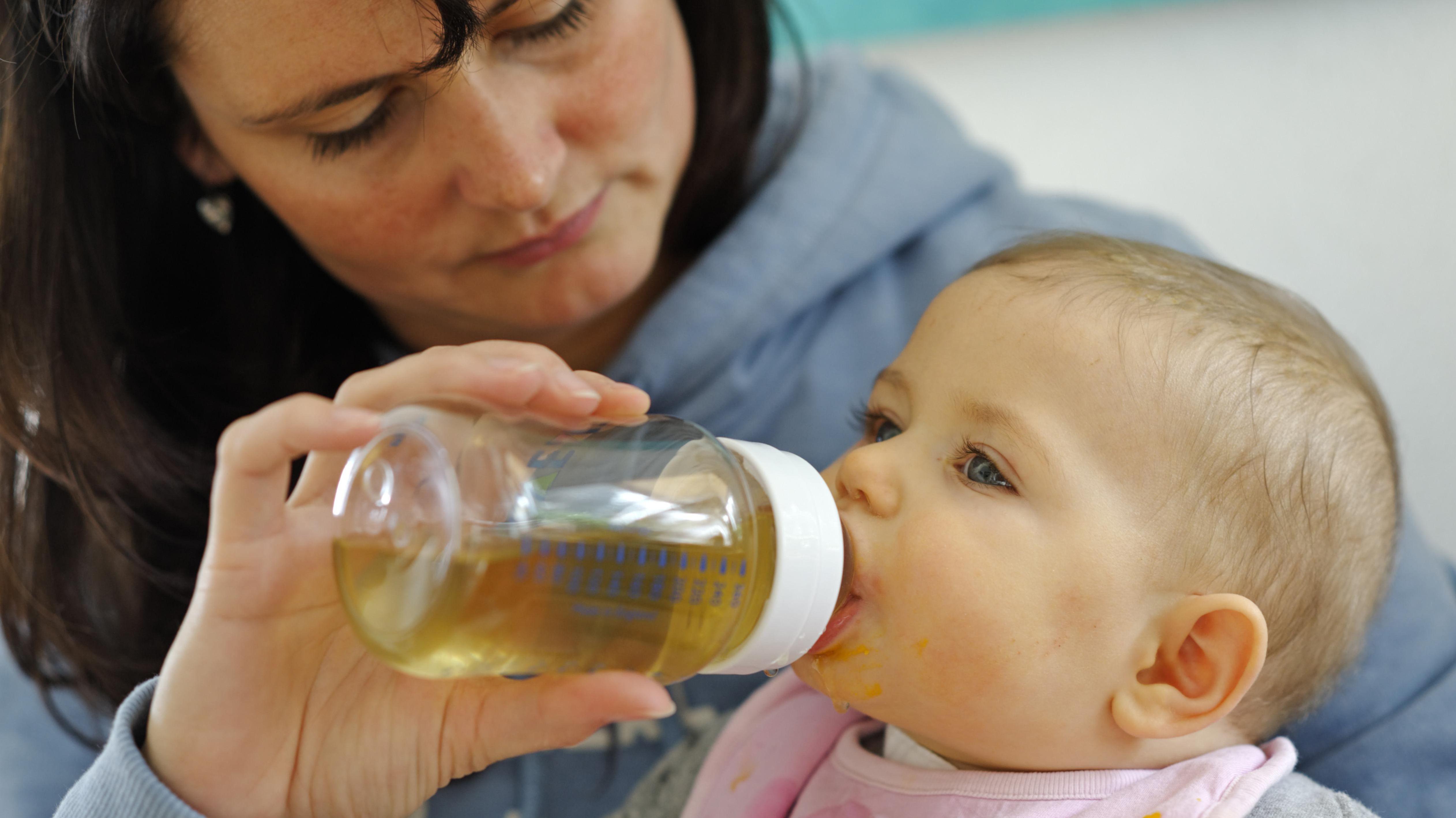 Baby, sechs Monate, trinkt aus Flasche