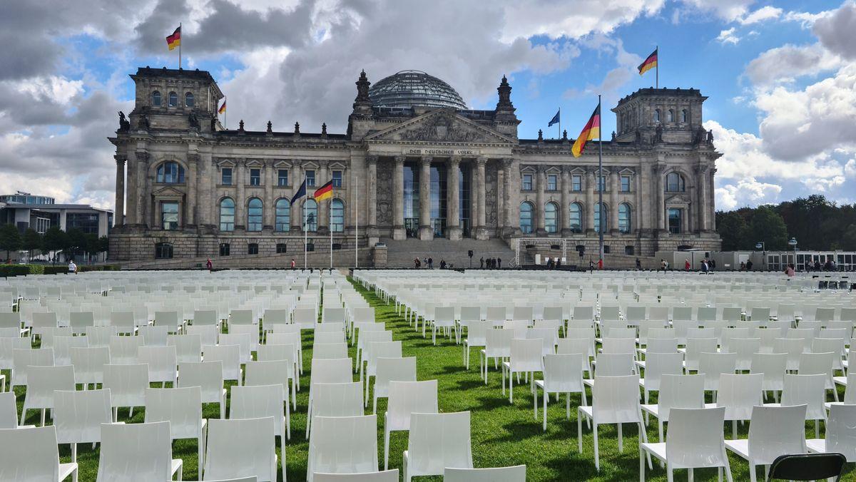 13.000 leere Stühle vor dem Reichstagsgebäude