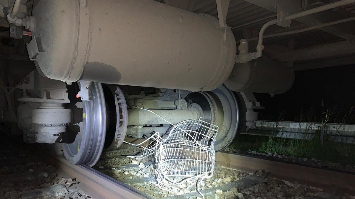 Der überfahrene Einkaufswagen unter dem Zug