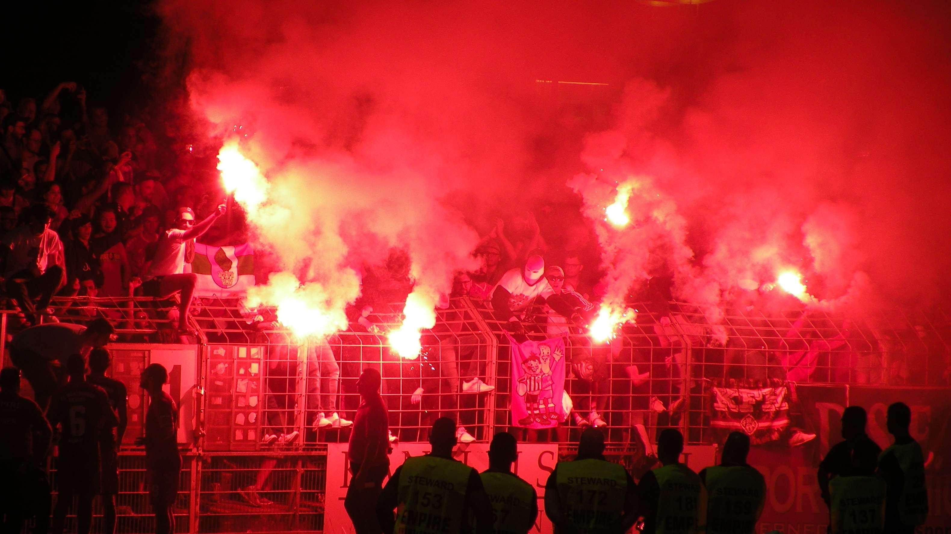 Fußballfans zünden Pyrotechnik