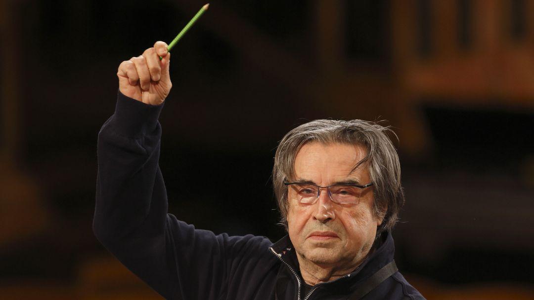 Riccardo Muti dirigiert mit erhobenem Bleistift