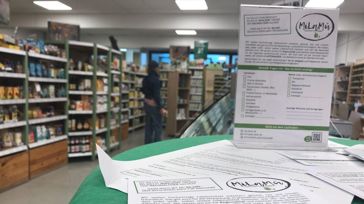 """Im Naturkostladen in der Mühldorfer Innenstadt stehen auf einem Tisch Info-Material zum """"MiLaMü"""", dem Mitgliederladen."""