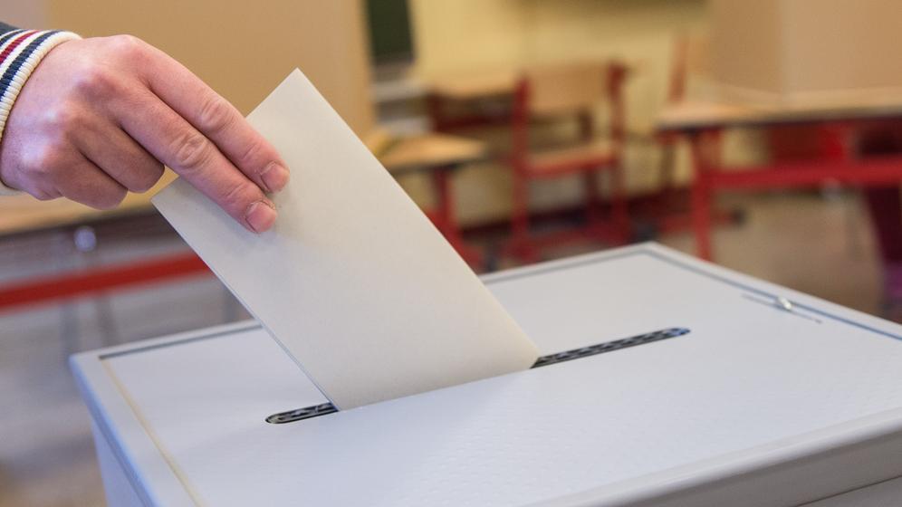 Stimmzettel wird in eine Wahlurne eingeworfen | Bild:pa / dpa / Silas Stein