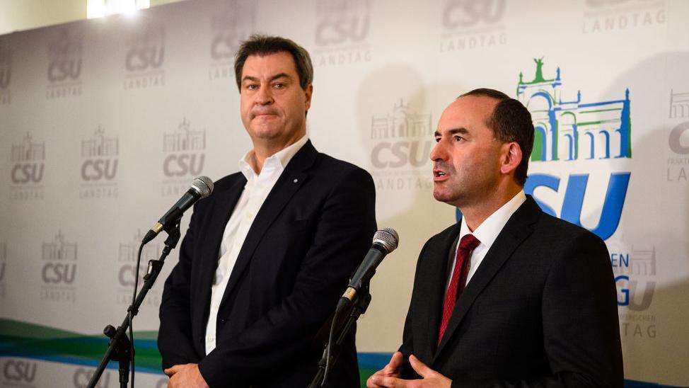 Markus Söder (CSU, l), Ministerpräsident von Bayern, und Hubert Aiwanger, Landesvorsitzender der Freien Wähler in Bayern, geben ein Pressestatement zum Zwischenstand der Koalitionsverhandlung von CSU und Freien Wählern im bayerischen Landtag ab. Bild vom 23.10. 2018