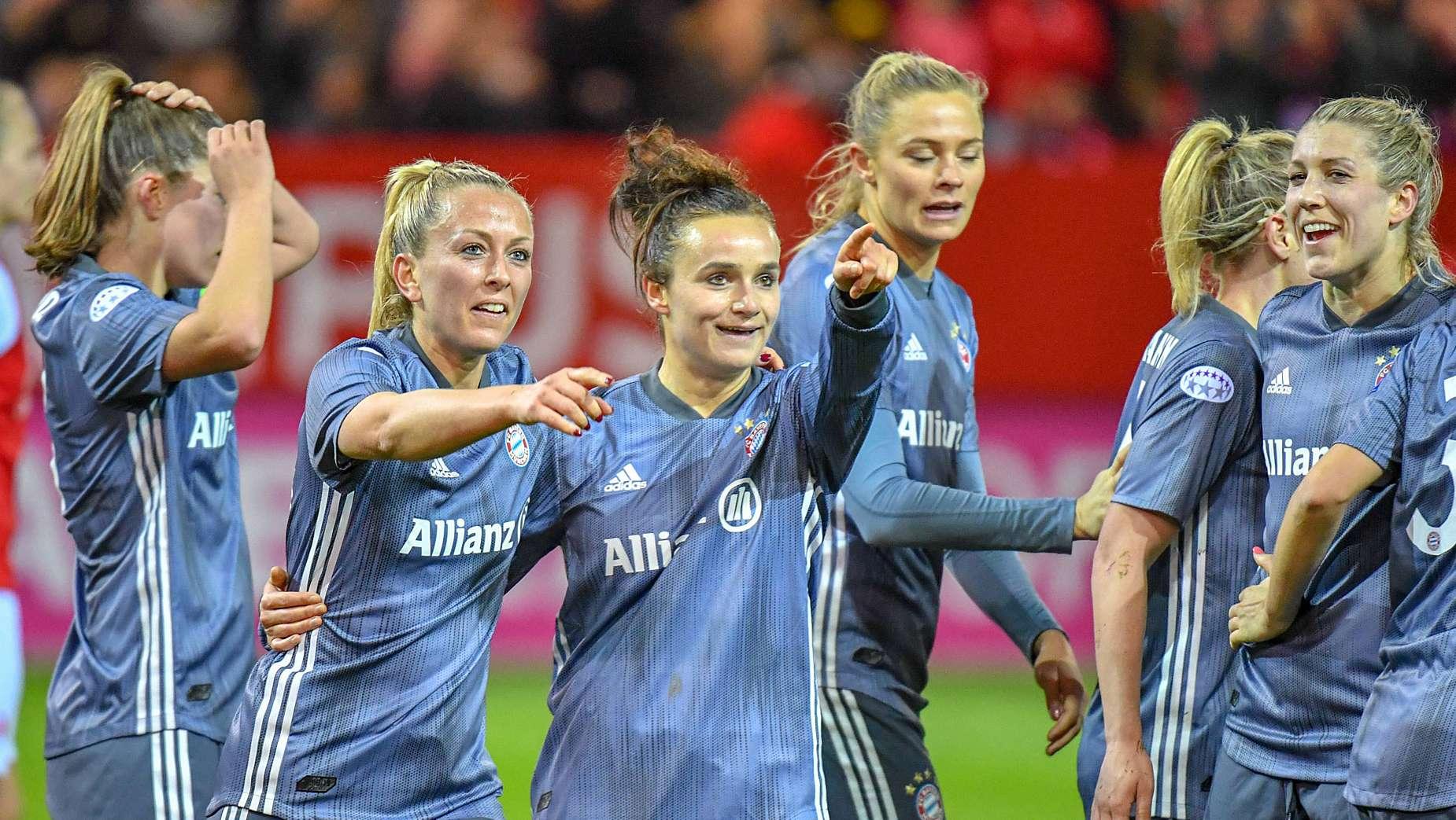 Bayern-Frauen bejubeln einen Treffer gegen Slavia Prag