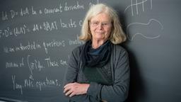 Die amerikanische Mathematikerin Karen Keskulla Uhlenbeck steht vor einer Wandtafel. Die norwegische Akademie der Wissenschaften hat Keskulla Uhlenbeck (76) mit dem Abelpreis ausgezeichnet. Es ist das erste Mal, dass damit eine Frau geehrt wurde. | Bild:dpa-Bildfunk/Andrea Kane