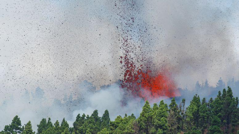 Lava und Rauch sind bei dem Vulkanausbruch zu sehen | Bild:Reuters