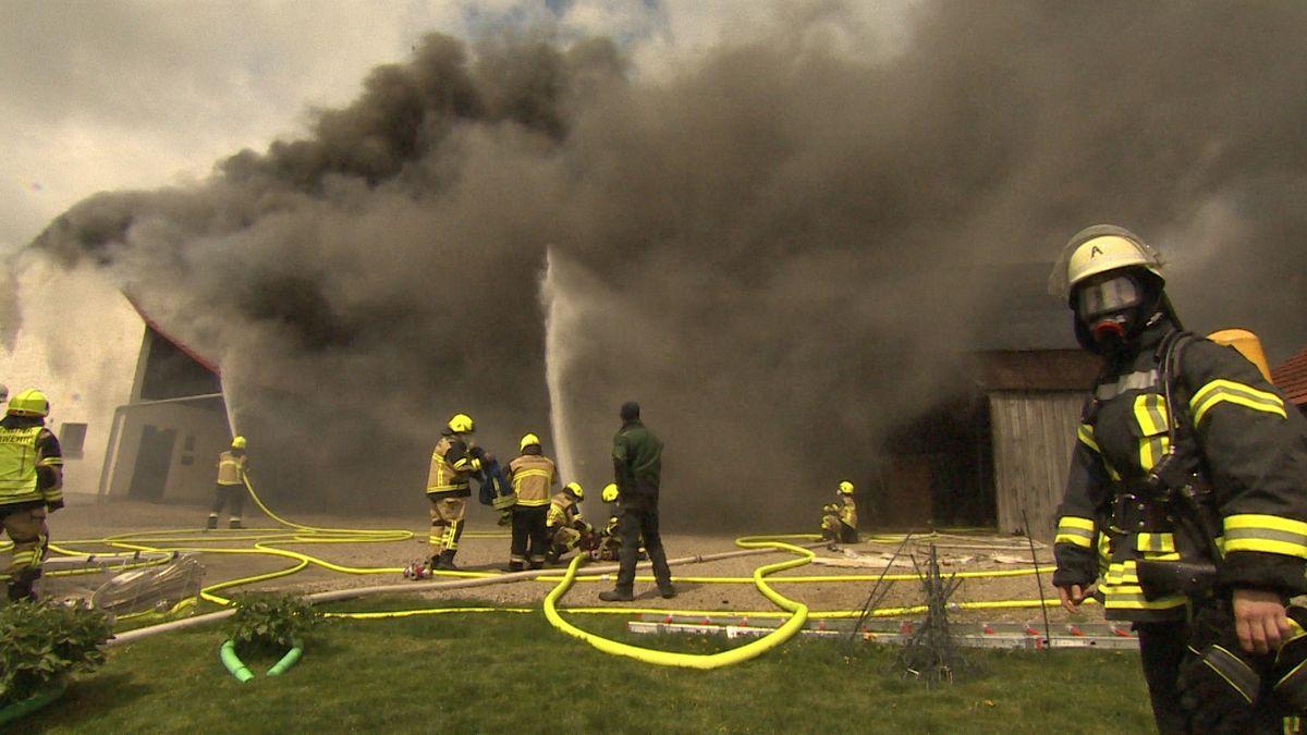 Im oberbayerischen Oberwohlbach brannte es in einer Maschinenhalle. Die Feuerwehr konnte ein Übergreifen des Feuers verhindern.