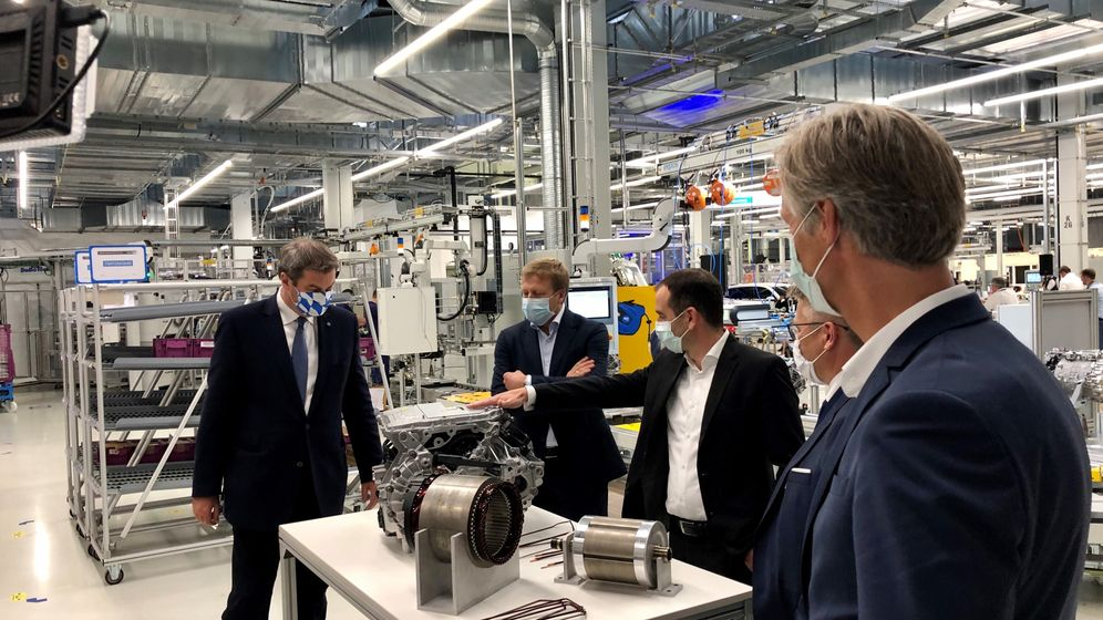 Ministerpräsident Markus Söder, BMW Vorstandsvorsitzender Oliver Zipse. Rechts: Der Werkleiter BMW Dingolfing, Christoph Schröder    Bild:BR/Harald Mitterer