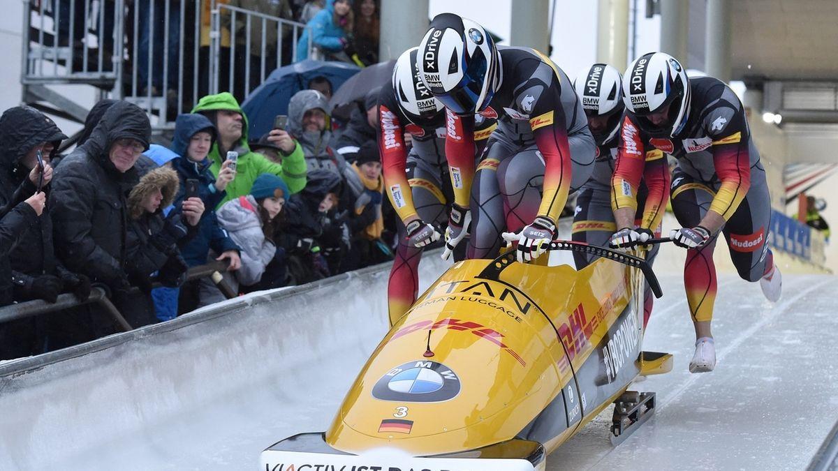 Der Viererbob mit Johannes Lochner startet ins Rennen in Winterberg.
