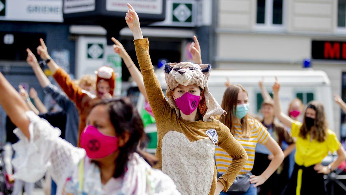 """Aktivistinnen der Umweltschutz-Bewegung Extinction Rebellion beim Protest unter dem Motto """"Klimatanz""""  in Berlin"""