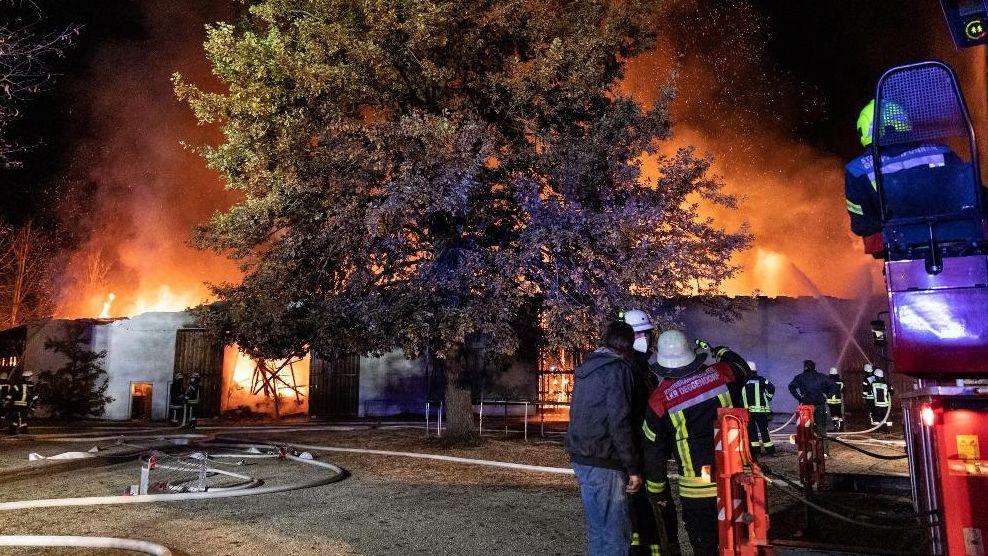 Mehr als zwei Millionen Euro Schaden ist beim Brand dieser Maschinenhalle in Ottmaring entstanden.