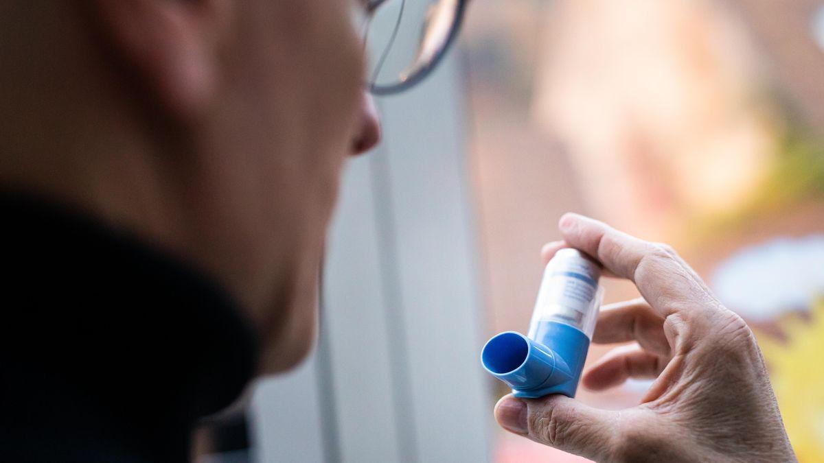 Mann mit Asthma-Spray in der Hand: Asthmasprays könnten ein zentraler Faktor gegen schwere Corona-Krankheitsverläufe sein, so eine neue Studie.