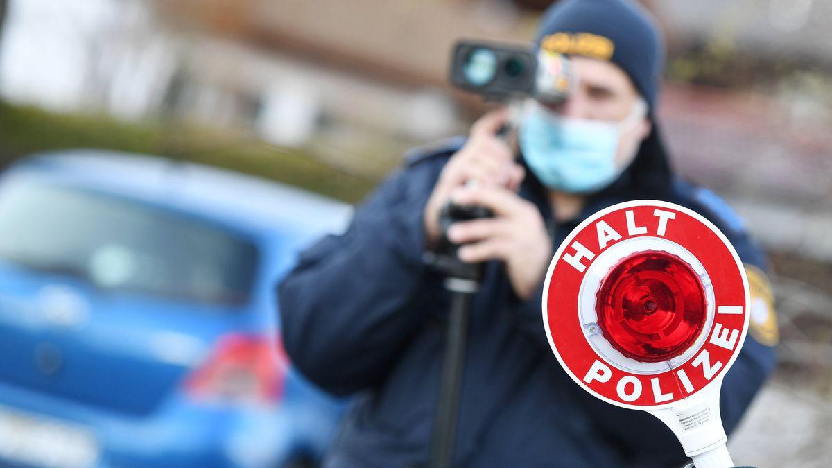 Ein Polizist am Blitzgerät (Symbolbild)