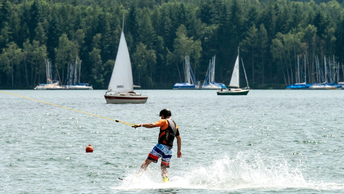 Ein Wakeboarder auf dem Steinberger See.