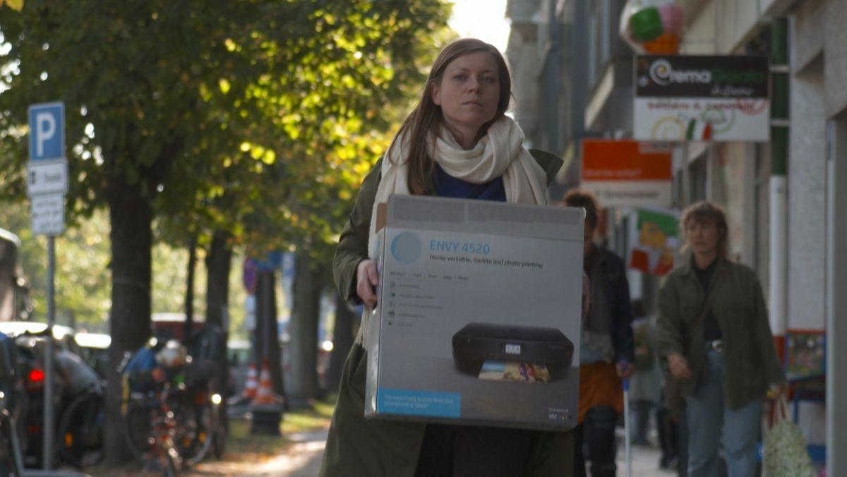 BR24-Reporterin Christina Schmitt will einen kaputten Drucker vor dem Wegschmeißen retten