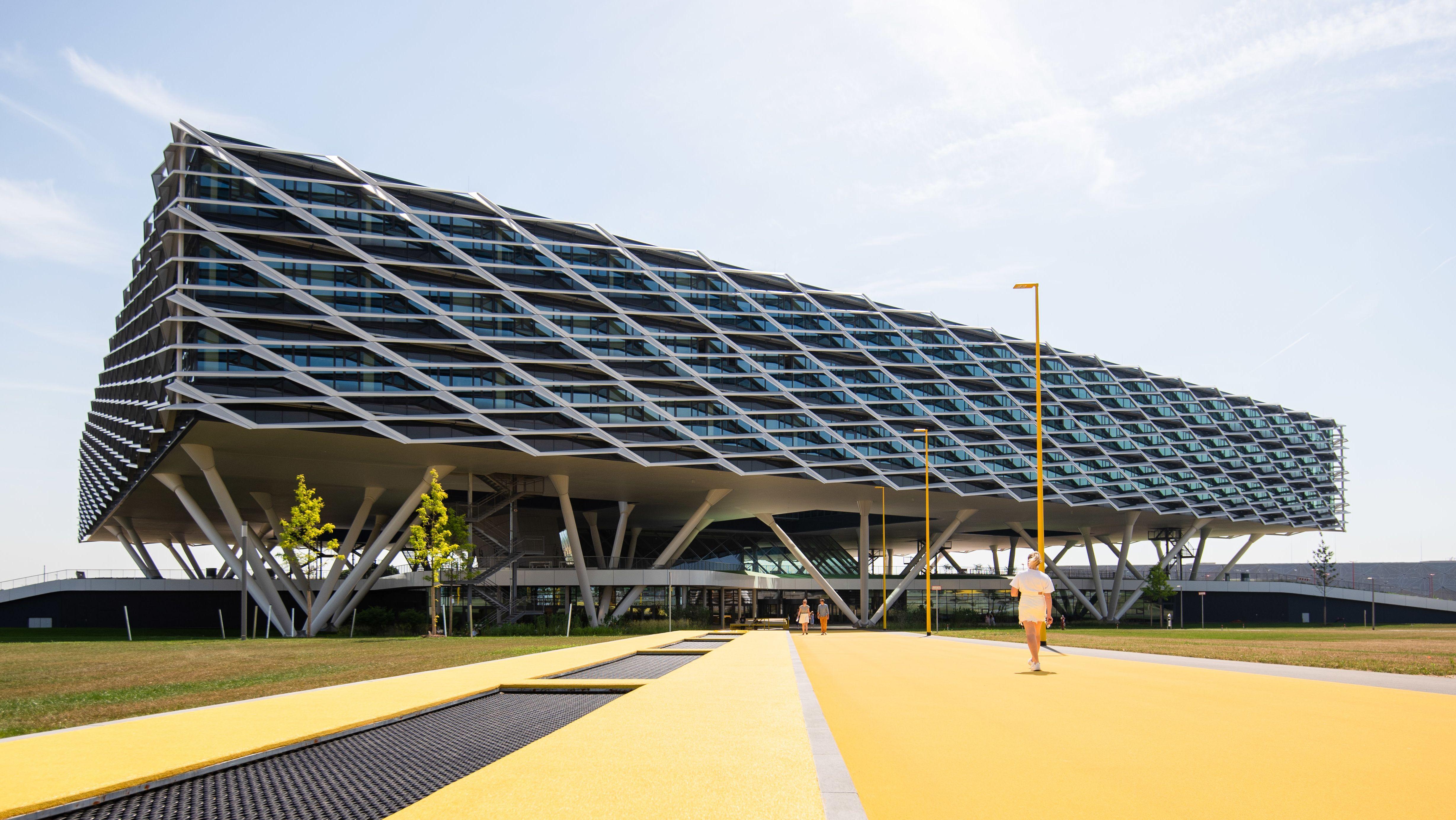 """Die """"Arena"""" von Adidas: Der Sportartikelhersteller hat das wie ein Stadion errichtete Hauptgebäude an seinem Hauptsitz in Herzogenaurach bezogen."""