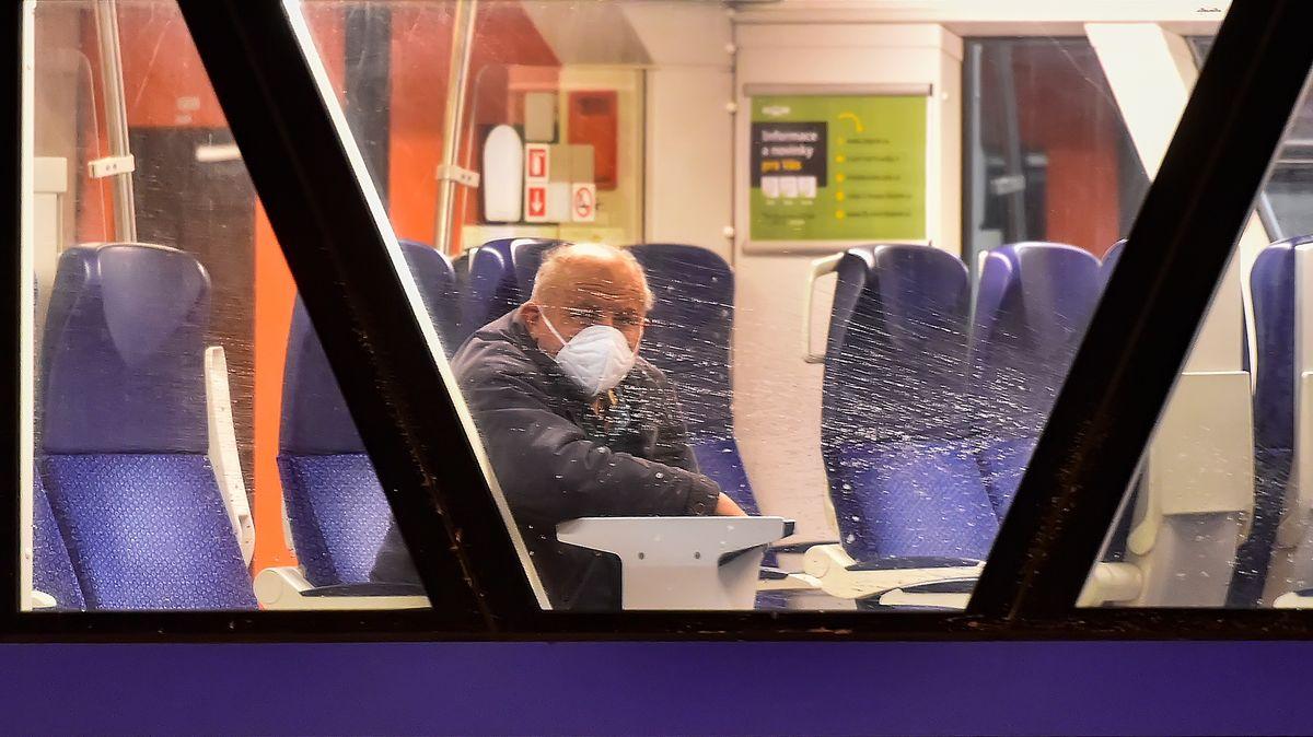 Mann mit FFP2-Maske in einem Zug in Tschechien