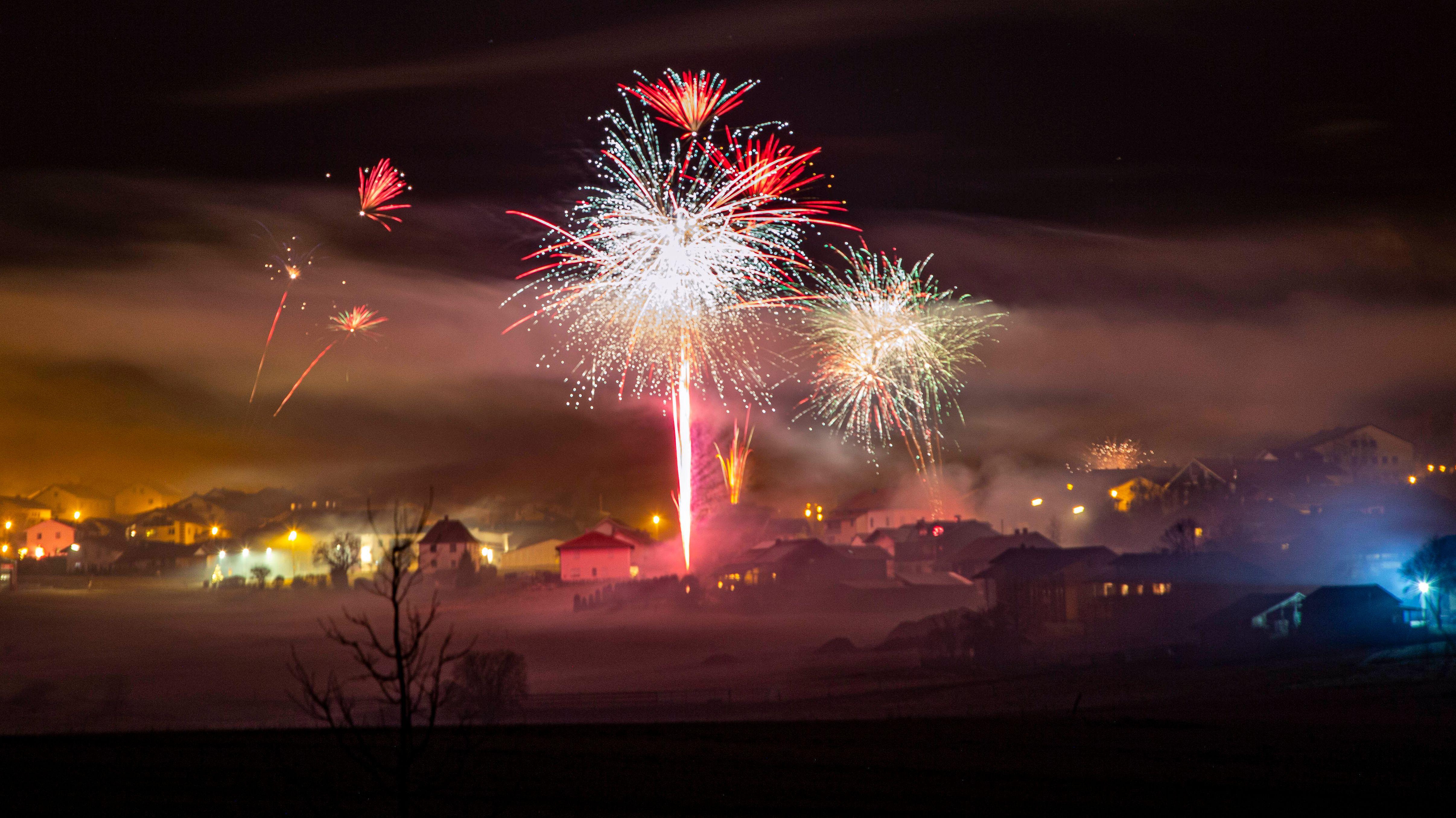 Feuerwerk über Kirchberg im Bayerischen Wald: Polizei und Feuerwehr in Ostbayern wurden in der Silvesternacht zu zahlreichen Einsätzen gerufen.