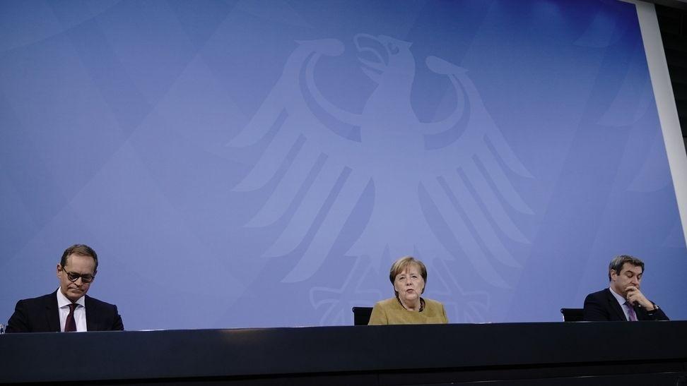 05.01.2021, Berlin: Bundeskanzlerin Merkel (CDU), Söder (CSU, r), Ministerpräsident Bayerns, Müller (SPD), Regierender Bürgermeister von Berlin.