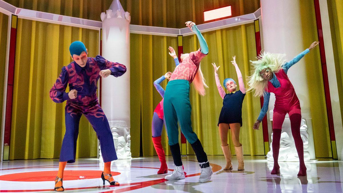 Fünf junge Menschen in verwegener, bunter Kleidung tanzen individuell zur Musik