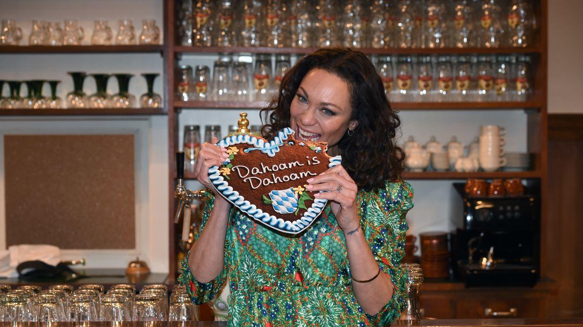 """Lilly Becker in der Kulisse des """"Lansinger"""" Gasthauses Brunnerwirt der BR-Serie """"Dahoam is Dahoam"""""""