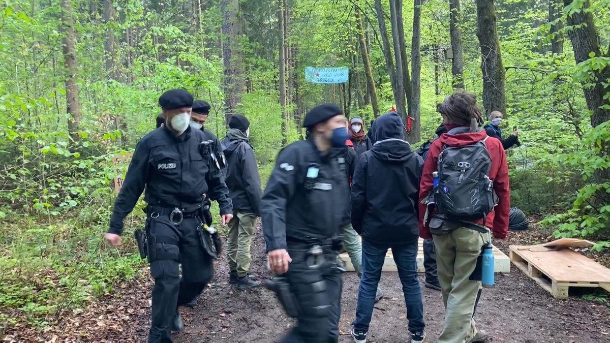 Polizisten und Klimaaktivisten in Forst Kasten