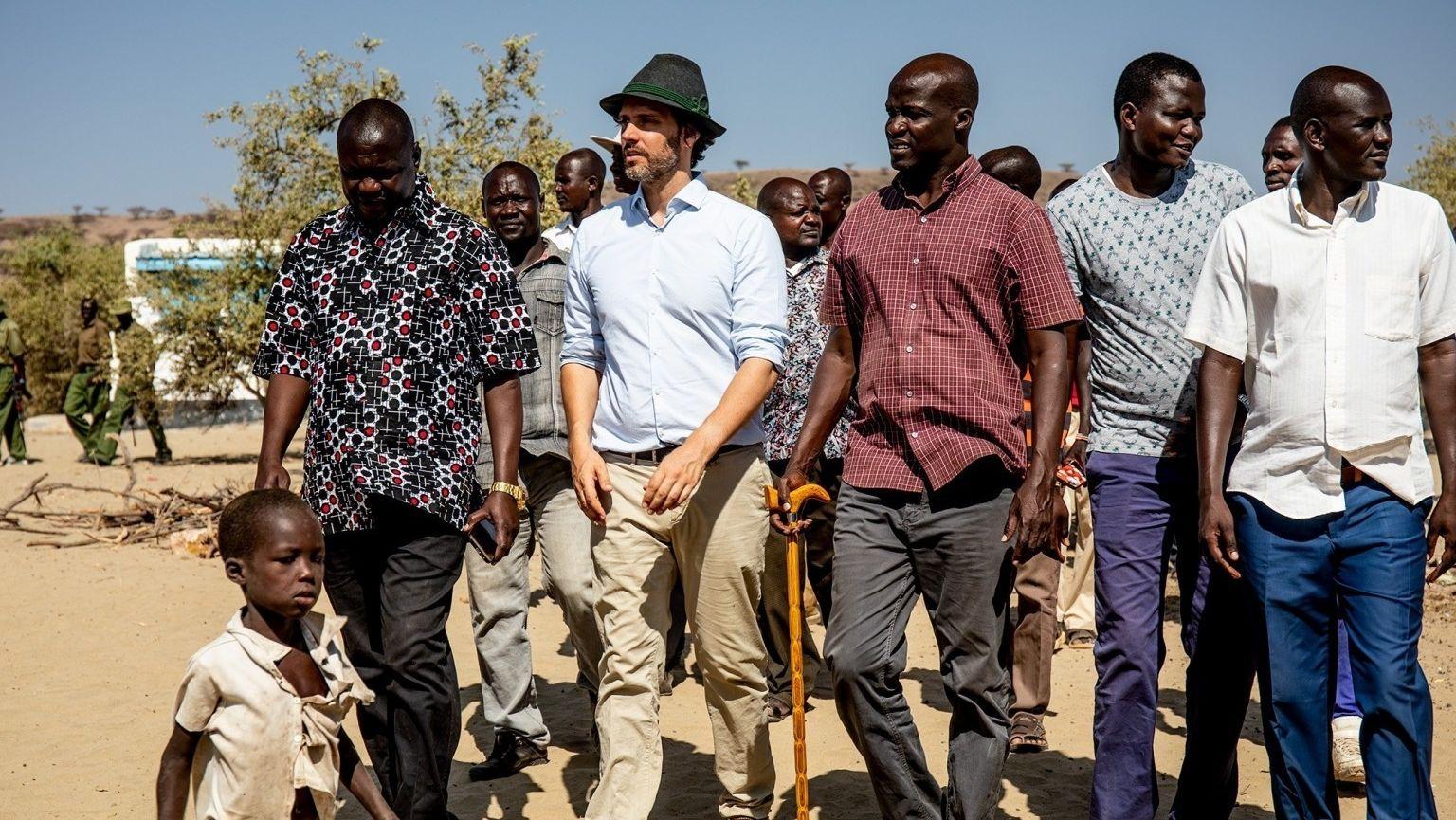 """Ludwig Prinz von Bayern mit Studenten seines IT-Bildungsprojekts """"Learning Lions"""" in Kenia."""