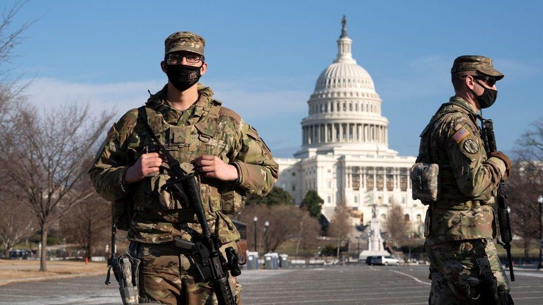 Mitglieder der Nationalgarde patrouillieren vor dem Kapitol