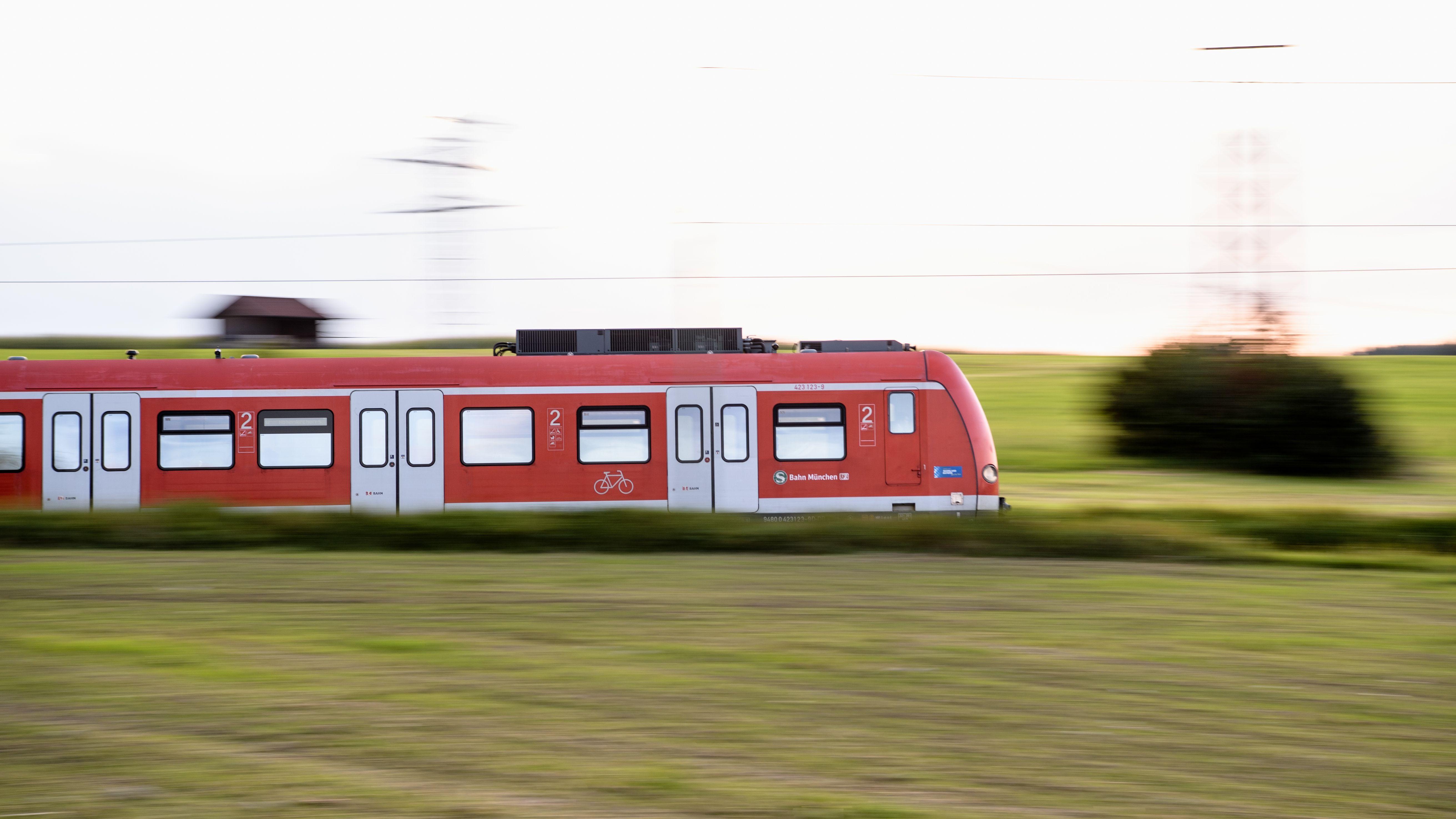 Eine S-Bahn in der Nähe von Hohenschäftlarn (Bayern).