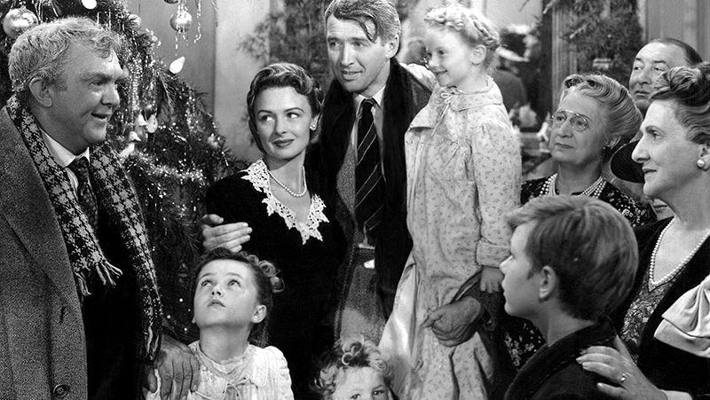 """Großfamilie mit 4 Generationen in Schwarzweiß vor einem Lametta-Weihnachtsbaum: Szene: """"Ist das Leben nicht schön? - It's a Wonderful Life"""""""