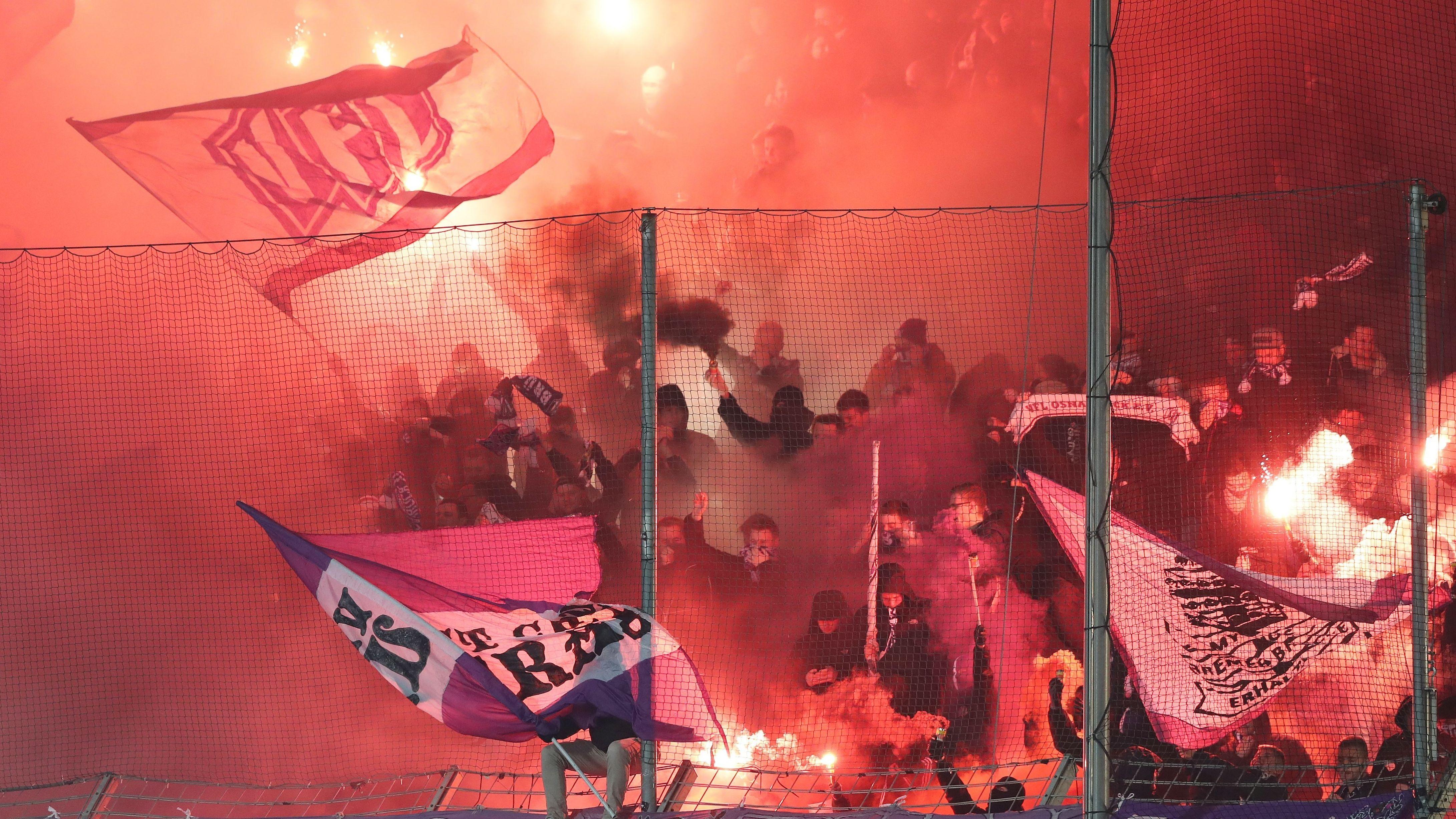 Droht Fußball-Rowdys bald der Führerscheinverlust, wenn sie Pyrotechnik im Stadion anzünden?