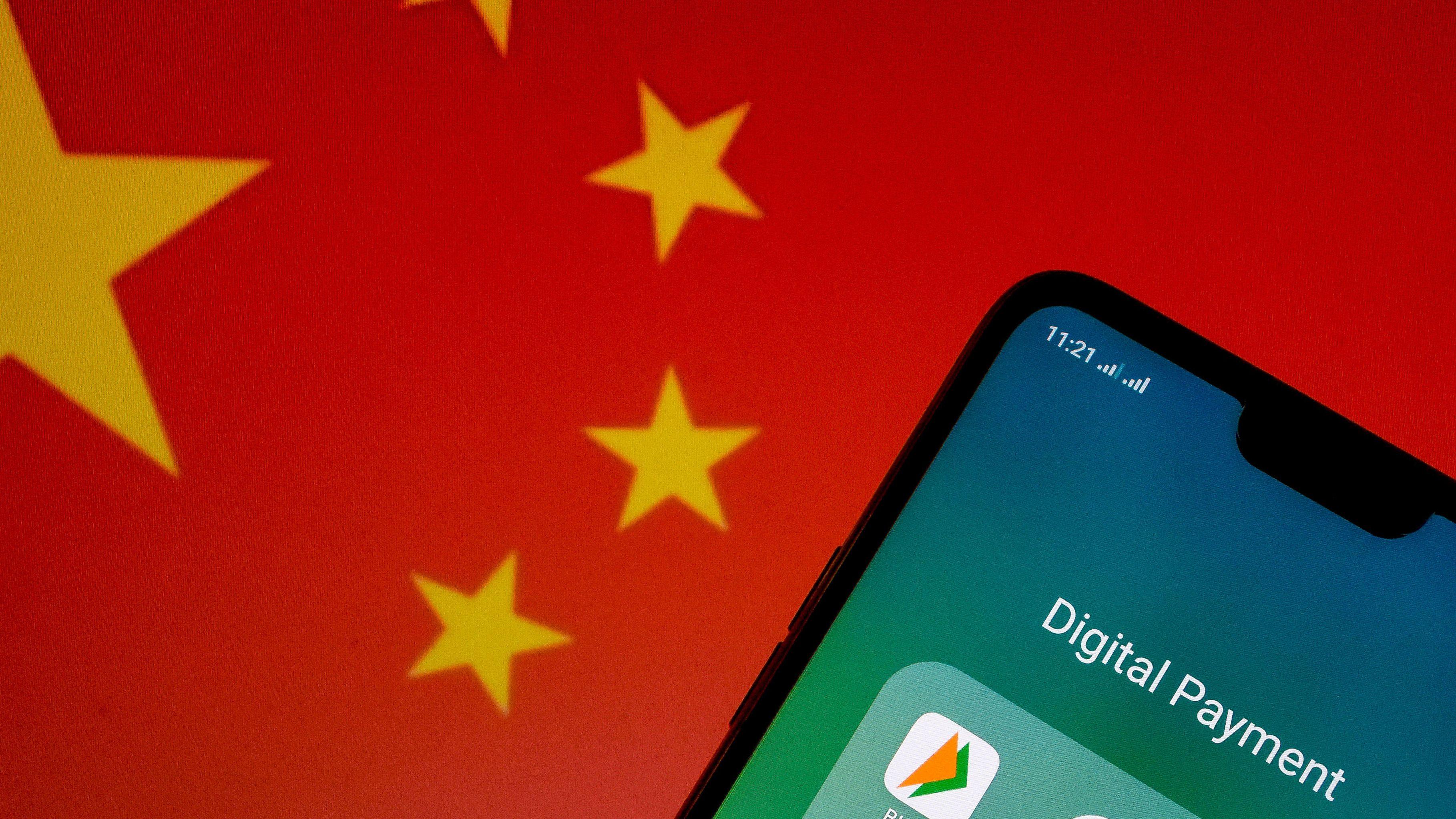 Ein Smartphone mit der Flagge der Volksrepublik China im Hintergrund.