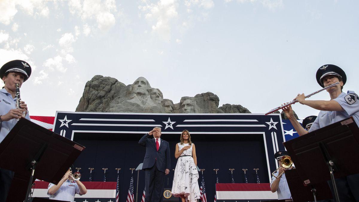Donald Trump, Präsident der USA, und First Lady Melania Trump stehen während der Nationalhymne am Denkmal Mount Rushmore, während über ihnen Kampfflugzeuge der U.S. Navy Blue Angles fliegen.