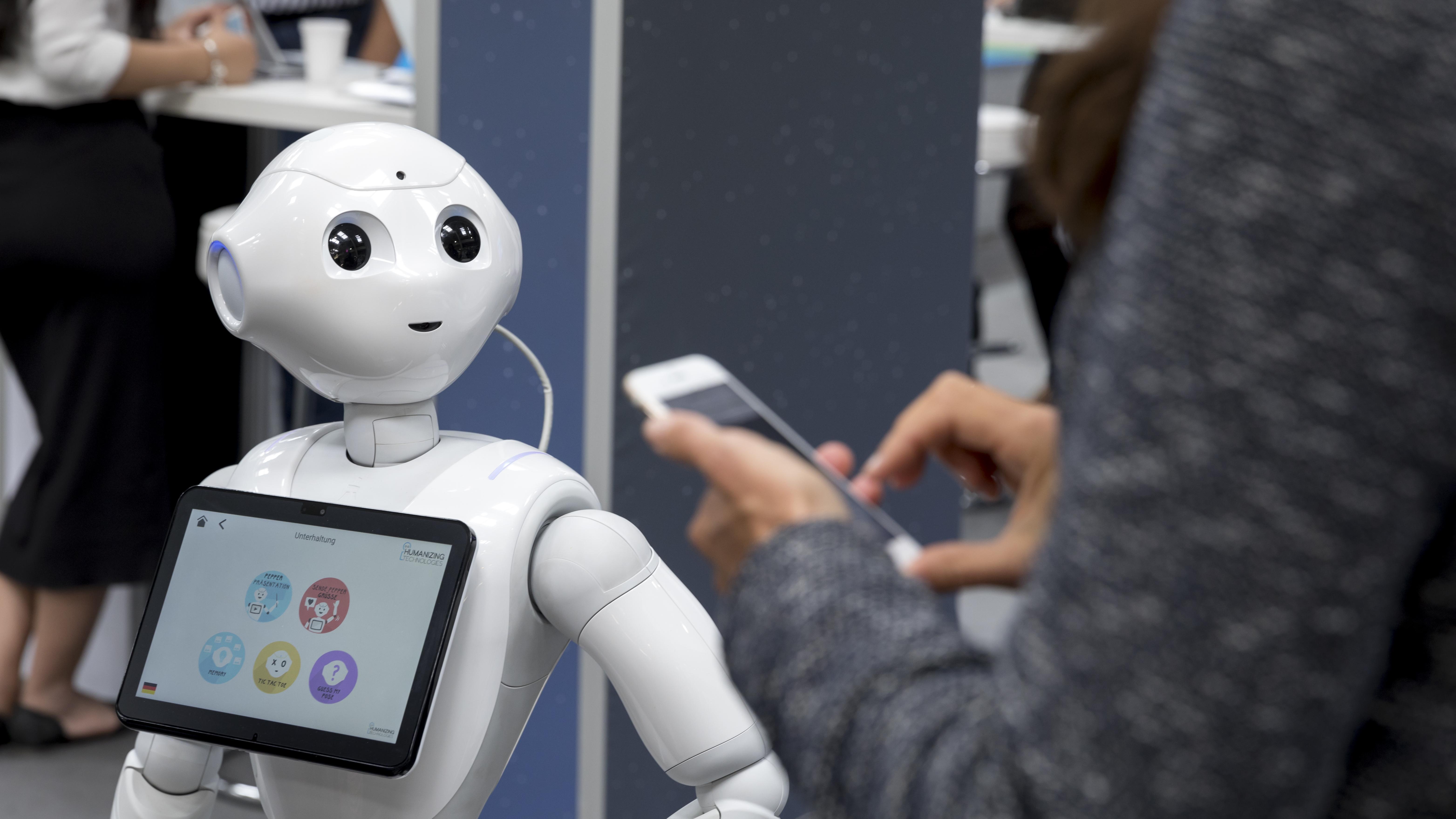 """Roboter """"Pepper"""" interagiert auf der Cebit mit Besucherin"""