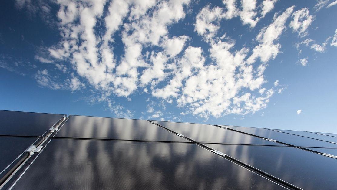 Photovoltaik-Modul mit Wolkenspiegelung