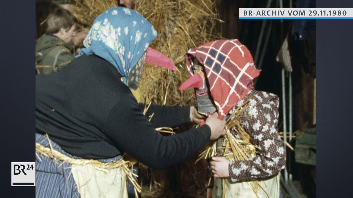 Zwei Menschen beim Anziehen ihrer Schnabelspecht-Kostüme