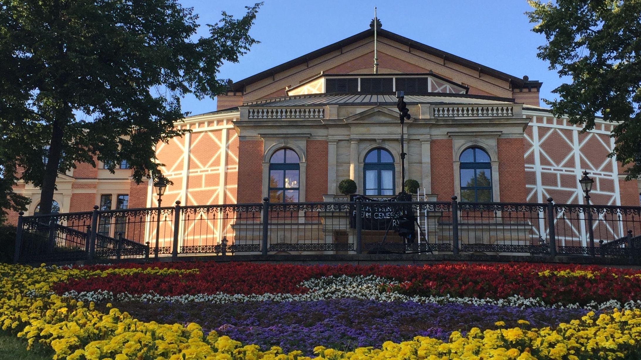 Festspielhaus in Bayreuth mit Blumenbeet davor