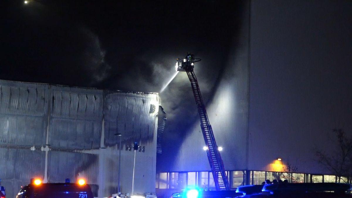 Eine Lagerhalle auf dem Siemensgelände in Nürnberg stand in Flammen