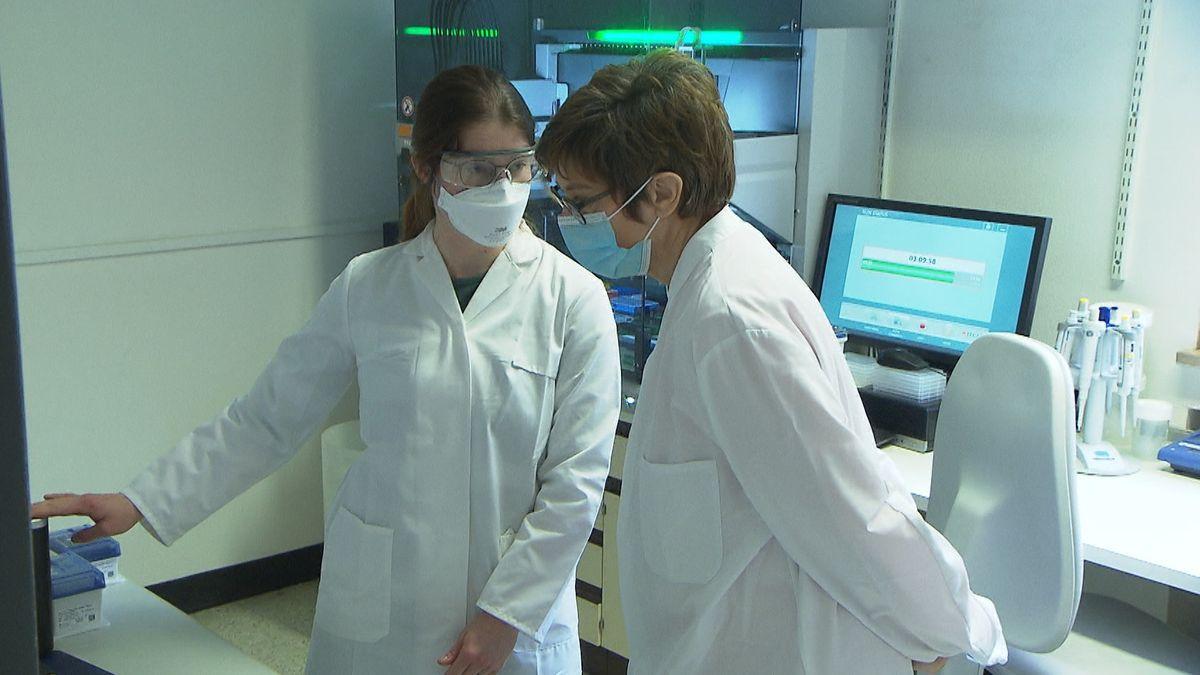 Annegret Kramp-Karrenbauer und eine Wissenschaftlerin im Institut für Mikrobiologie der Bundeswehr in München
