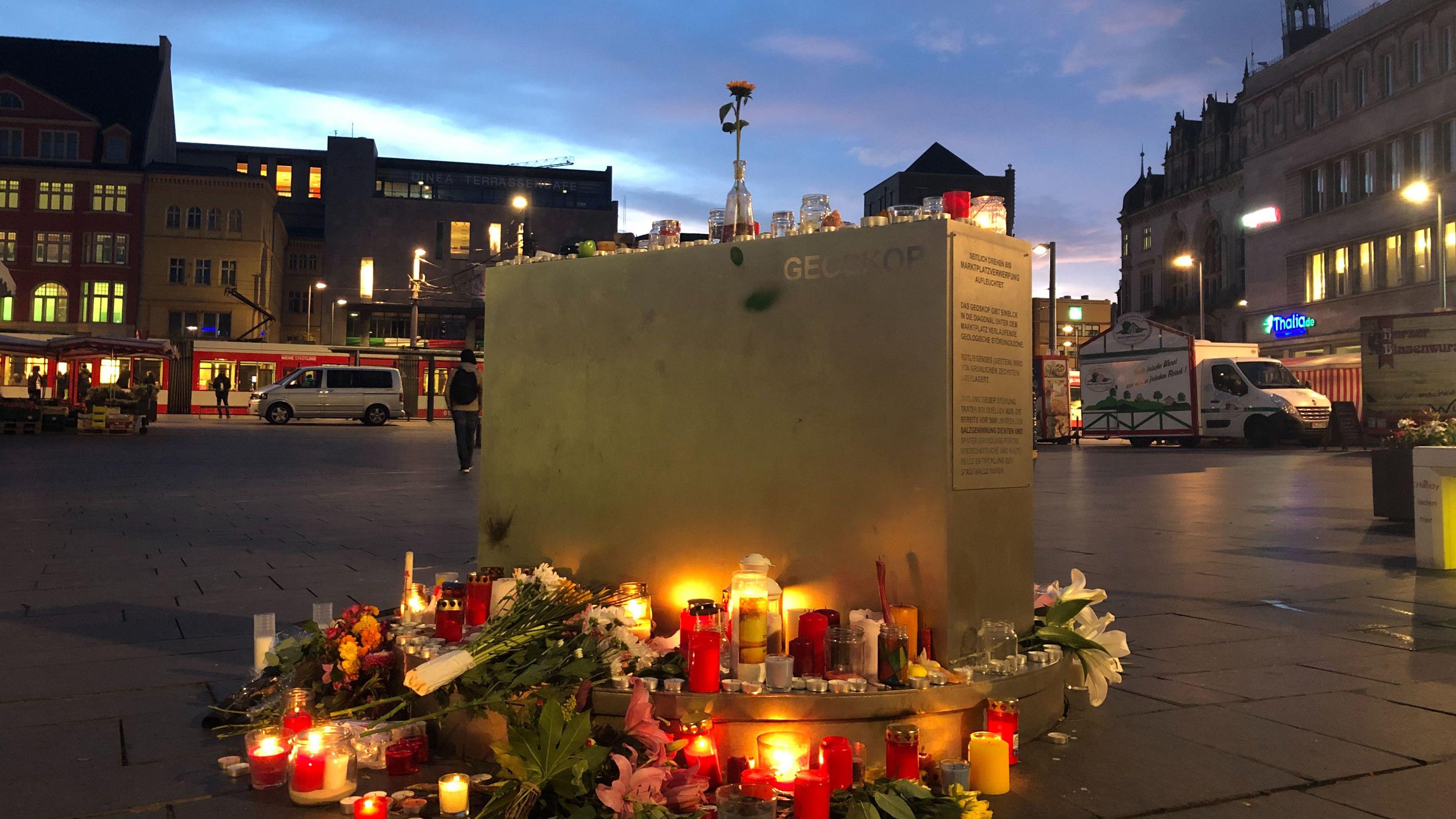 Kerzen erinnern am Marktplatz in Halle an der Saale an die Opfer des Angriffs.