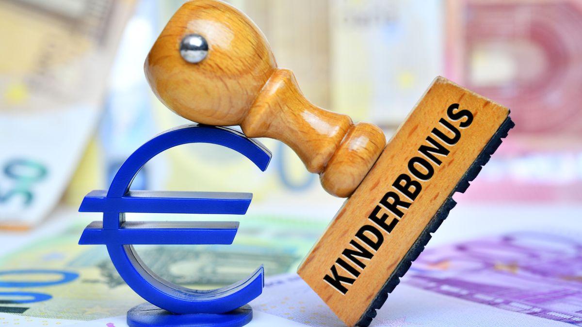 FOTOMONTAGE, Eurozeichen und Stempel mit Aufschrift Kinderbonus auf Geldscheinen