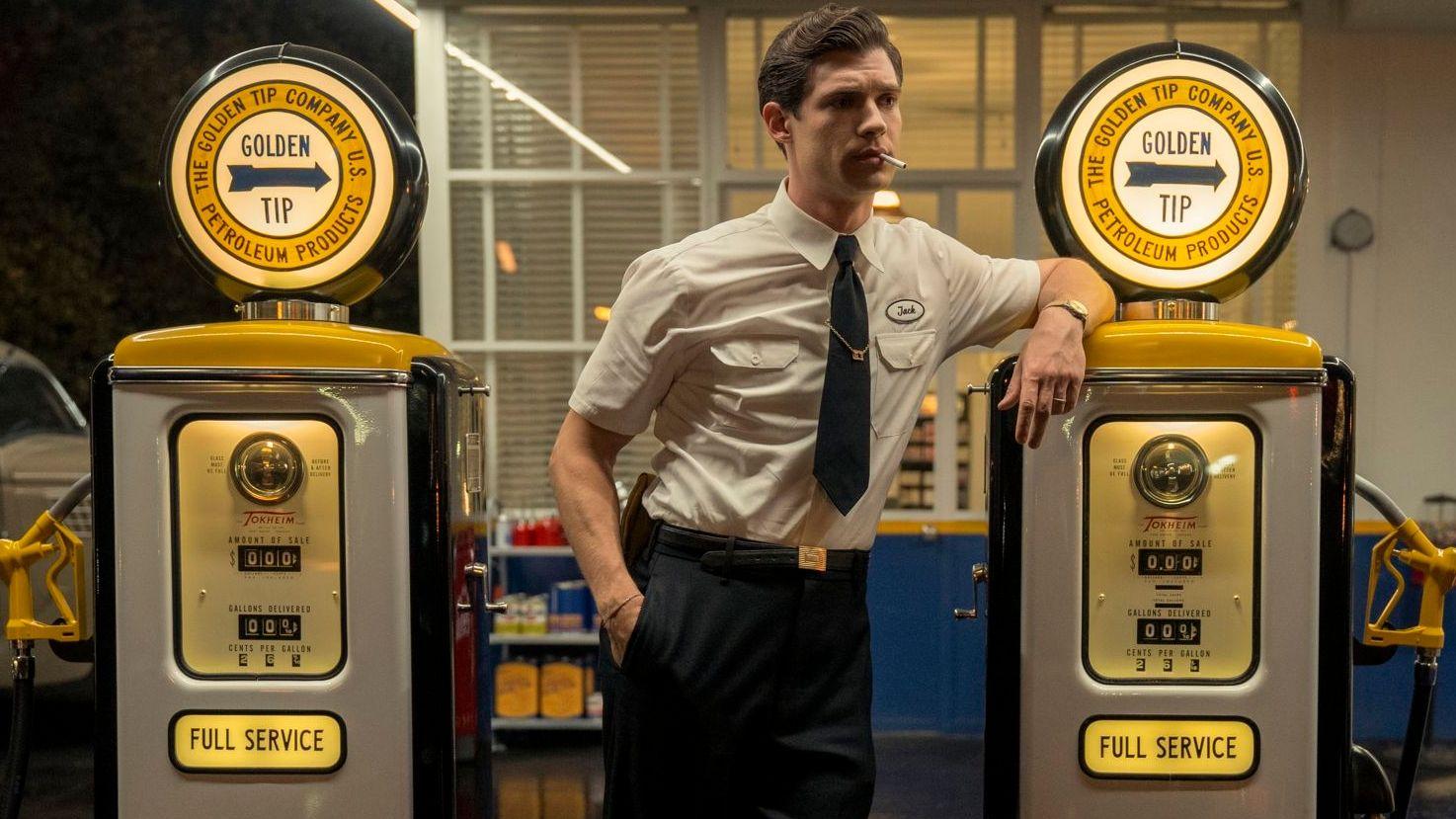 """Dieser Tankwart sorgt sich um alle Bedürfnisse seiner Kund*innen: Jack Costello (David Corenswet) in der Netflix-Serie """"Hollywood""""."""