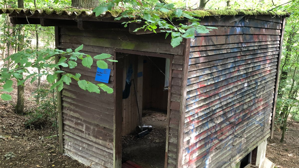 """Die """"Blue Gallery"""" in Uehlfeld ist in einer verfallenen Hütte"""