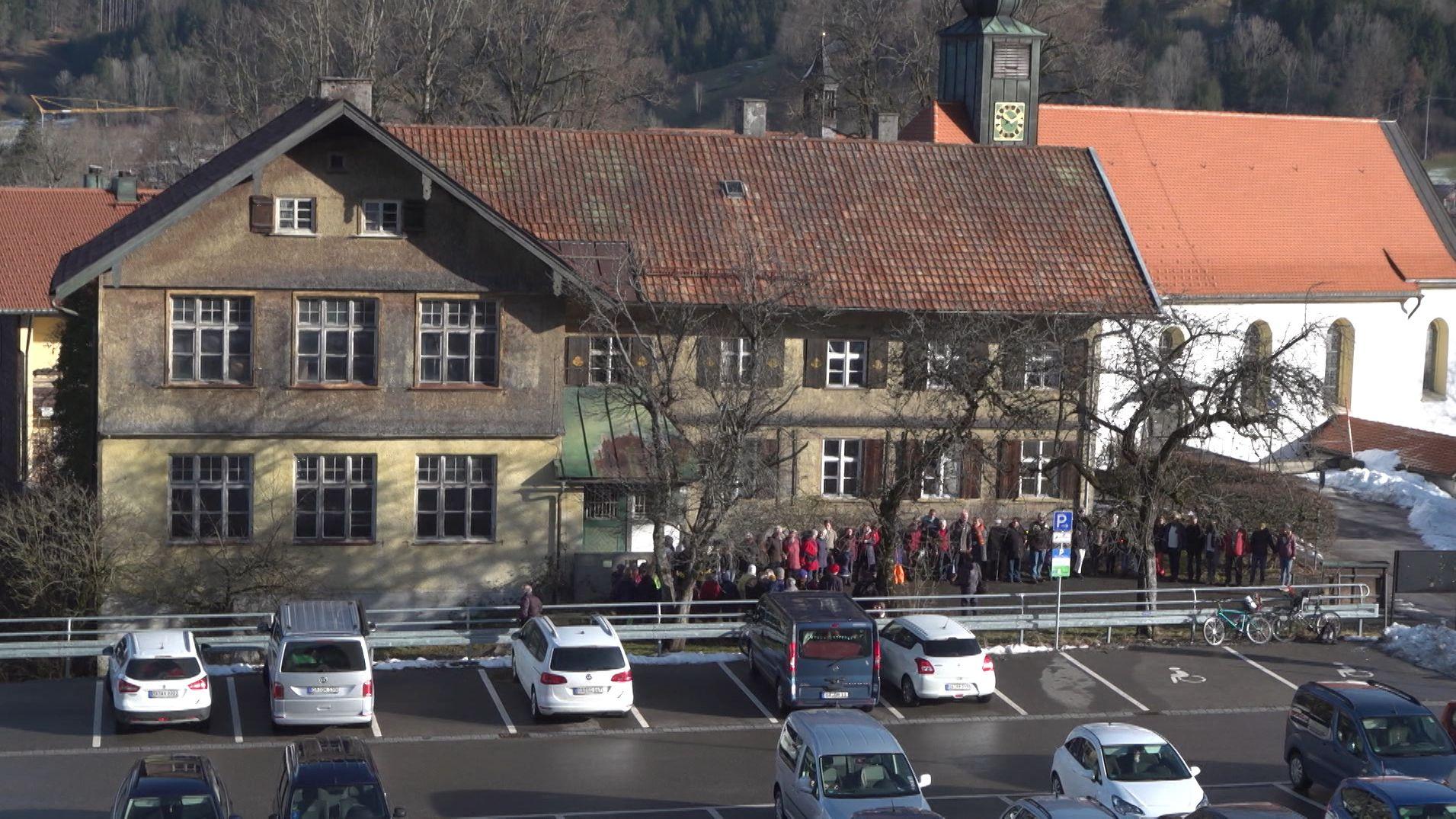 Menschen  bilden eine Kette um die Alte Schule in Bühl