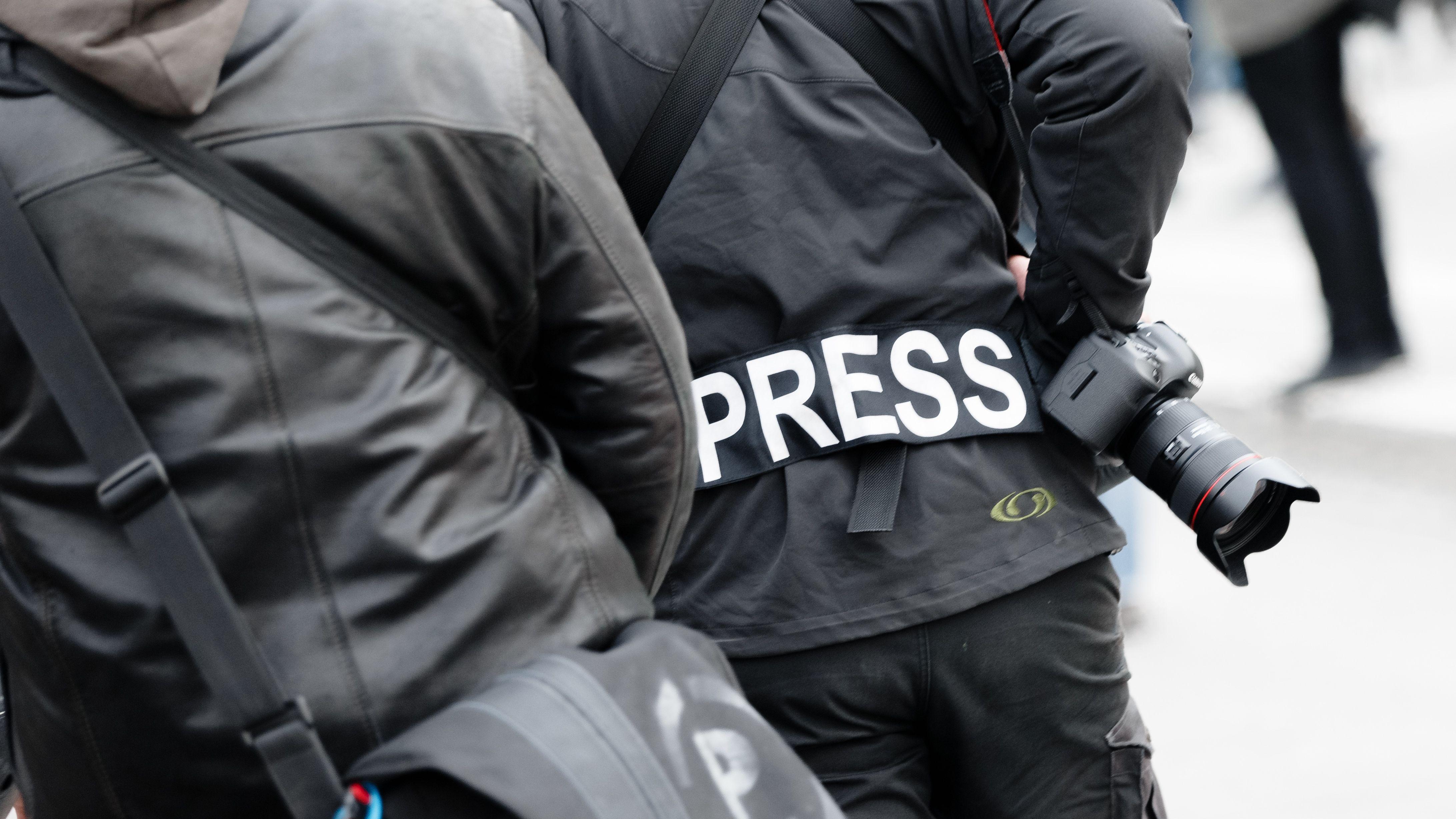 """Ein Fotoreporter trägt auf einer Demonstration in Hamburg einen Aufnäher mit dem Text """"Press"""" auf seiner Jacke."""