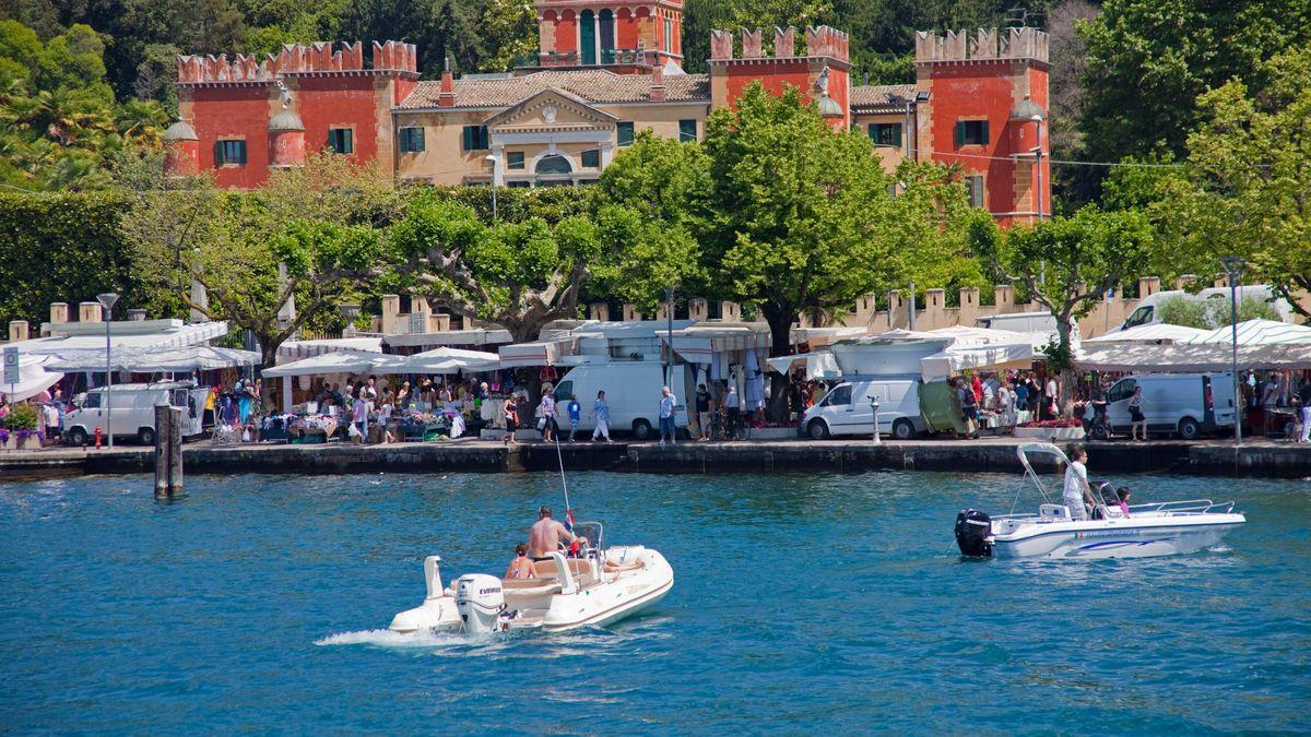 Ein Motorboot fährt auf dem Gardasee. (Symbolbild)