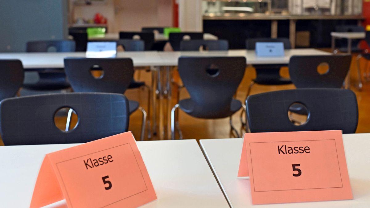 In einer Kantine stehen Schilder auf Tischen, mit bestimmten Klassen.